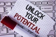 L'apparence conceptuelle d'écriture de main ouvrent votre potentiel Le texte de photo d'affaires indiquent le talent développent  Images stock