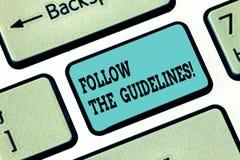L'apparence conceptuelle d'écriture de main suivent les directives Attention de salaire des textes de photo d'affaires à la règle photo libre de droits