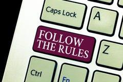 L'apparence conceptuelle d'écriture de main suivent les règles Ordre des textes de photo d'affaires quelqu'un bâton à certain pay photos libres de droits