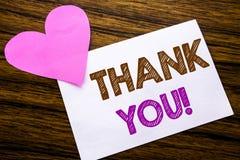 L'apparence conceptuelle des textes d'écriture de main vous remercient Concept pour le message de mercis écrit sur le papier de n Photo libre de droits