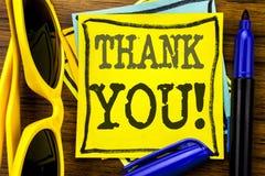 L'apparence d'inspiration de légende des textes d'écriture de main vous remercient Concept d'affaires pour le message de mercis é photos stock