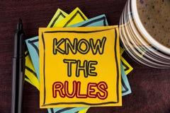L'apparence de note d'écriture connaissent les règles La présentation de photo d'affaires comprennent que les termes et condition Images libres de droits