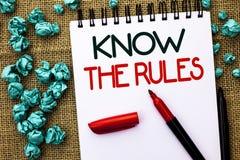 L'apparence de note d'écriture connaissent les règles La présentation de photo d'affaires se rende compte des procédures de proto Photos libres de droits