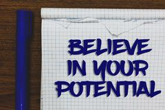 L'apparence de note d'écriture croient en votre potentiel La présentation de photo d'affaires font s'inspirer le motiavate de con photographie stock