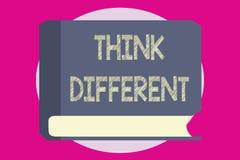L'apparence de note d'écriture pensent différent La présentation de photo d'affaires soit unique avec votre vent de pensées ou d' illustration stock