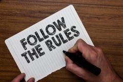 L'apparence de note d'écriture suivent les règles L'ordre de présentation de photo d'affaires quelqu'un bâton à certain pays d'en photographie stock