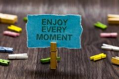 L'apparence de signe des textes apprécient chaque moment La photo conceptuelle étant satisfaite avec votre vie ont le titre provi Image stock