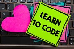 L'apparence de signe des textes apprennent à coder La photo conceptuelle apprennent à écrire le logiciel soit un informaticien Co images libres de droits