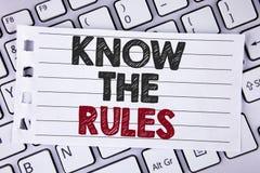 L'apparence de signe des textes connaissent les règles La photo conceptuelle comprennent que les termes et conditions obtiennent  Photographie stock