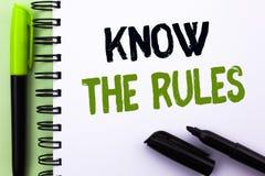 L'apparence de signe des textes connaissent les règles La photo conceptuelle se rende compte des procédures de protocoles de règl Photos libres de droits