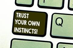 L'apparence de signe des textes font confiance à vos propres instincts La photo conceptuelle intuitive suivent la confiance demon image stock