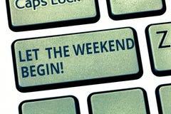 L'apparence de signe des textes a laissé le week-end commencer Le début conceptuel de photo de la fin de la semaine être gai appr photo stock