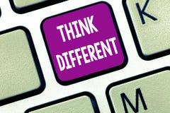 L'apparence de signe des textes pensent différent La photo conceptuelle soit unique avec votre vent de pensées ou d'attitude de c image libre de droits