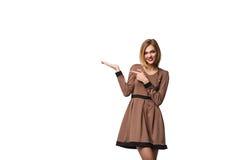 L'apparence de sourire de femme ouvrent la paume de main avec l'espace de copie pour le produit Images stock
