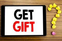 L'apparence des textes d'écriture obtiennent le cadeau Concept d'affaires pour le bon Free Shoping écrit sur la tablette sur le f Photos stock