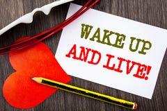 L'apparence des textes d'écriture se réveillent et vivent Concept d'affaires pour le rêve de motivation Live Life Challenge de su Photographie stock libre de droits