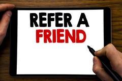 L'apparence des textes d'annonce d'écriture se réfèrent un ami Concept d'affaires pour le marketing de référence écrit sur l'ordi Images libres de droits