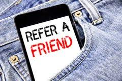 L'apparence des textes d'annonce d'écriture se réfèrent un ami Concept d'affaires pour le téléphone portable de téléphone écrit p Photo stock