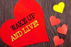 L'apparence des textes d'annonce d'écriture se réveillent et vivent Concept signifiant le rêve de motivation Live Life Challenge  Photographie stock libre de droits
