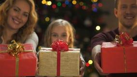 L'apparence gaie de famille présente à la caméra, préparation de Noël, wishlist banque de vidéos