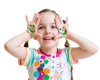 L'apparence heureuse de fille d'enfant a peint des mains avec drôle Photographie stock libre de droits