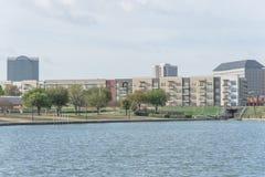 L'appartamento del condominio si dirige il lago di trascuratezza della comunità in America Fotografia Stock Libera da Diritti