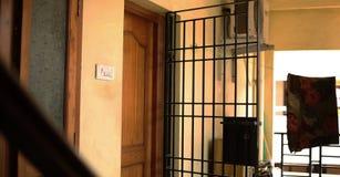 L'appartamento indiano, alloggia la serratura di porta di legno interna, balcone della casa Immagine Stock