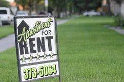 L'appartamento per la posta di affitto firma dentro il sobborgo americano Immagini Stock