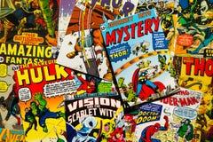 L'appartement comique de vue supérieure de couvertures de magazine de vintage coloré étendent la composition photo libre de droits