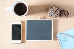 L'appartement créatif étendent la photo du bureau d'espace de travail avec la papeterie, coffe Photos stock