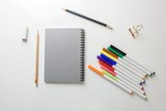 L'appartement créatif étendent la photo du bureau d'espace de travail avec le carnet à dessins et du crayon en bois sur le fond d Images stock