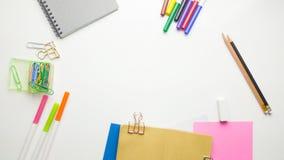 L'appartement créatif étendent la photo du bureau d'espace de travail avec le carnet à dessins et du crayon en bois sur le fond d Photo libre de droits