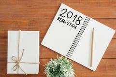 L'appartement créatif étendent la photo du bureau d'espace de travail avec le carnet de liste de résolution de nouvelle année et  Photographie stock libre de droits
