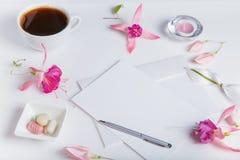L'appartement créatif étendent la photo du bureau d'espace de travail avec le smartphone, café, le crayon, fleurs avec le fond de Photo libre de droits