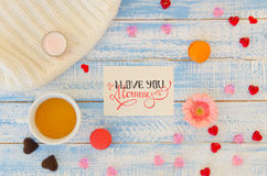 L'appartement de jour du ` s de Valentine de vintage étendent le calibre de la note de lettrage de main d'amour, la tasse de thé  Images stock