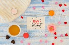 L'appartement de jour du ` s de Valentine de vintage étendent le calibre de la note de lettrage de main d'amour, la tasse de thé  Photo libre de droits