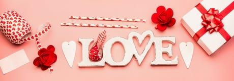 L'appartement de jour de valentines étendent la bannière avec l'amour de mot, le boîte-cadeau, les coeurs et la décoration, vue s Photographie stock libre de droits