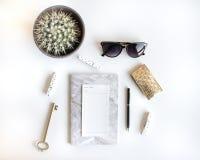 L'appartement de mode de vie s'?tendent avec des accessoires Blanc et or photos libres de droits