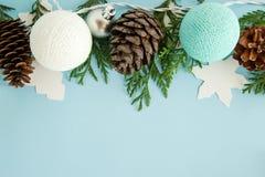 L'appartement de Noël étendent la composition avec des branches de sapin, des cônes de pin, des décorations et des lumières de No Photo libre de droits
