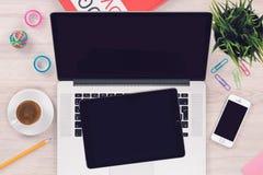 L'appartement de vue supérieure étendent la maquette d'espace de travail avec le PC et le smartphone ouverts de comprimé d'ordina Photographie stock libre de droits