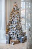L'appartement est décoré d'un arbre de Noël Images stock