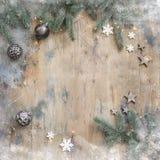 L'appartement foncé de Noël étendent la composition avec des branches de sapin, des étoiles et des boules noires sur le fond en b photo stock