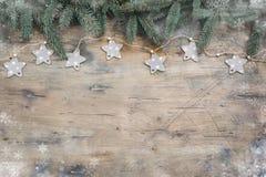 L'appartement foncé de Noël étendent la composition avec des branches de sapin, des étoiles et des boules noires sur le fond en b photos libres de droits
