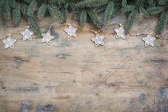 L'appartement foncé de Noël étendent la composition avec des branches de sapin, des étoiles et des boules noires sur le fond en b images libres de droits