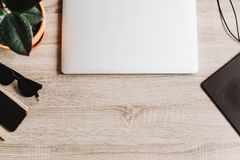 L'appartement indépendant de concept de lieu de travail s'étendent pour travailler avec l'ordinateur portable, GR Image stock