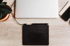 L'appartement indépendant de concept de lieu de travail s'étendent pour travailler avec l'ordinateur portable, GR Image libre de droits