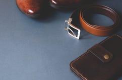 L'appartement s'?tendent avec les accessoires des hommes sur un fond ?l?gant gris image libre de droits