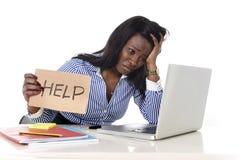 L'appartenance ethnique américaine d'africain noir a frustré la femme travaillant dans l'effort au bureau Photo stock