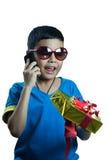 L'appel asiatique d'enfant à son ami et indiquent au sujet d'un cadeau Image libre de droits