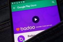 L'appli de Badoo sur le site Web de Google Play Store montré sur le smartphone caché dans des jeans empochent photos stock